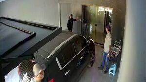 Dupla armada invade residência, rende morador e rouba caminhonete da família