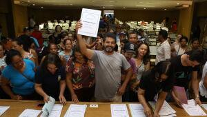 Moradores de loteamentos sociais recebem escrituras dos imóveis