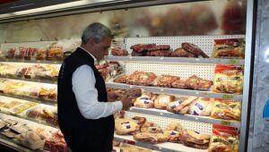 Procon autua casa de carnes por indução ao erro e venda de produtos vencidos