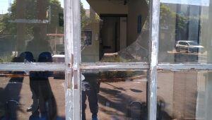 Homem é preso após quebrar vidro do Hospital da Vida