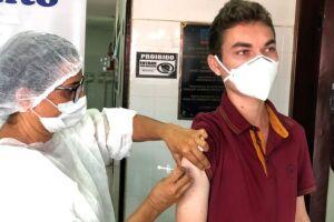 Agente de saúde, ex-jovem senador é vacinado contra covid-19 em Cuitegi (PB)