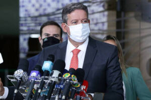 Governo prevê 400 milhões de doses até dezembro, diz presidente da Câmara