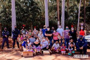 Voluntários distribuíram cestas básicas e mais de 700 ovos de páscoa em comunidade carente