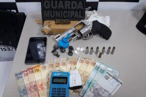 Homem é preso com drogas e revólver pela Guarda Municipal