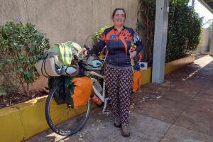 """Há 8 anos na estrada, argentina chega no MS de bicicleta a procura de """"bichinhos"""""""