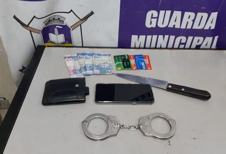 Homens são presos após roubarem celular, carteira e colocar faca no pescoço da vítima
