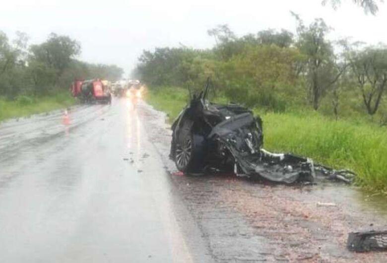 Carro bate de frente com carreta, parte ao meio e motorista morre