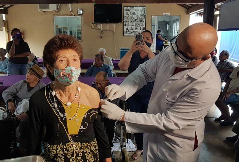 """""""Vou voltar a dançar"""", diz 1ª idosa que recebeu vacina"""