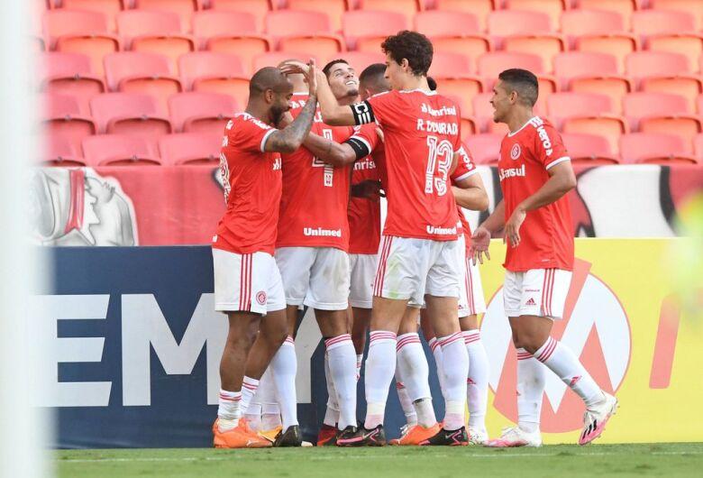 Internacional vence a quinta seguida e encosta no líder São Paulo