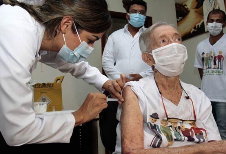 Primeiros imunizados contra Covid-19 relatam emoção e encorajam população