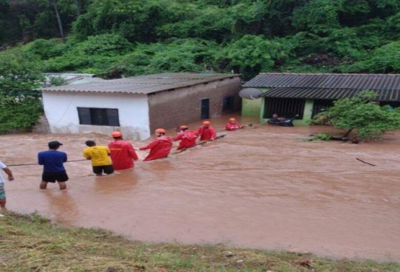 Bombeiros atuam em resgate de famílias desabrigadas pela chuva em Corumbá