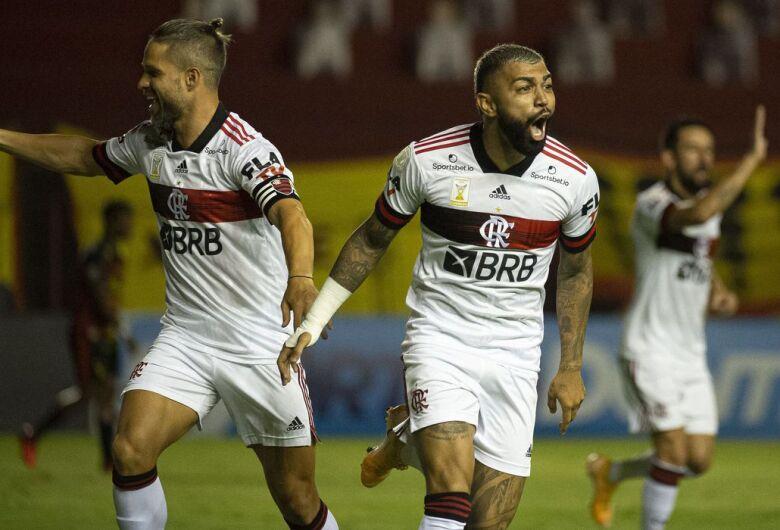 Flamengo brilha no primeiro tempo, bate Sport e segue na cola do Inter