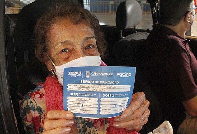 """Cantora Delinha recebe vacina contra Covid e diz que espera viver """"cento e poucos anos"""""""