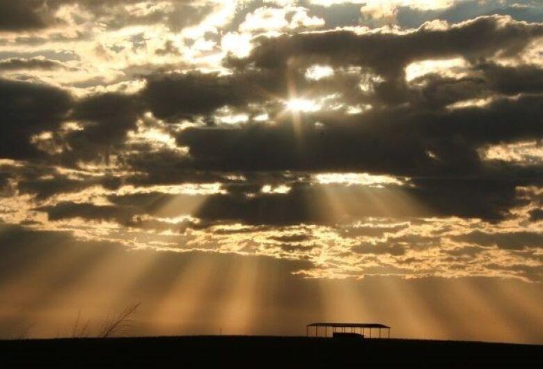 Aumento de nuvens provocam pancadas isoladas de chuva à tarde
