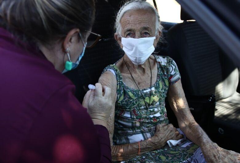 Vacinação de trabalhadores de saúde volta hoje e de idosos de 89 anos na quarta