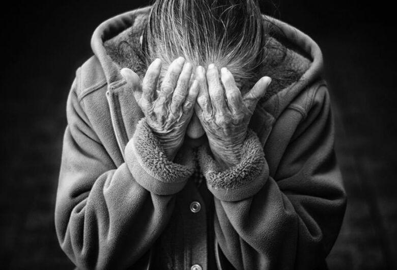 """Uso de drogas entre idosos é uma """"epidemia oculta"""", alertam especialistas em narcóticos"""
