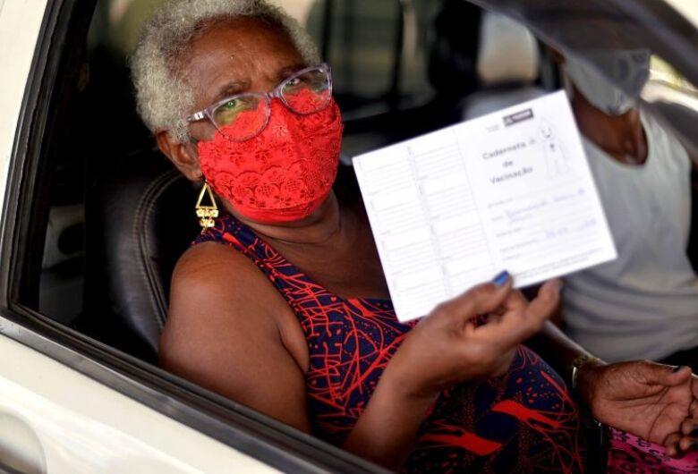 Novas entregas de vacinas garantem primeira dose para maiores de 65 anos, diz Ministério