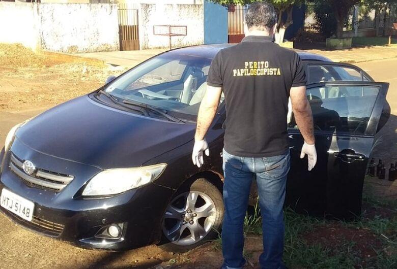 Assaltantes ameaçam mulher com arma e roubam carro, mas abandonam veículo