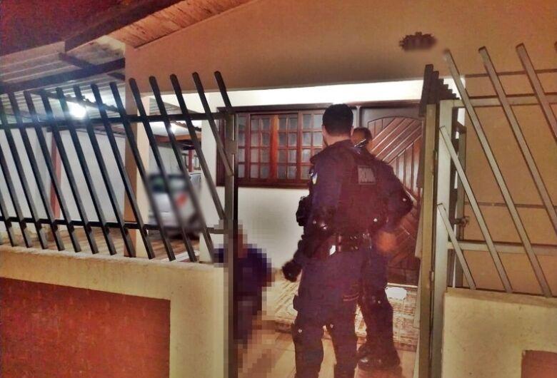 Motorista embriagado provoca acidente, invade casa para fugir, e acaba preso
