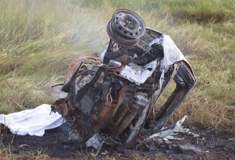 Motorista de carro morre carbonizado após bater de frente com caminhão