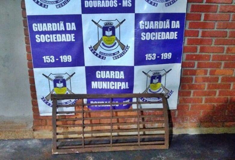 Ladrões de grades de bueiros são flagrados pela Guarda Municipal