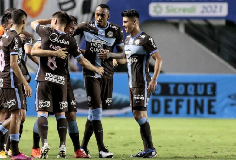 Corinthians vence Santos na Vila Belmiro