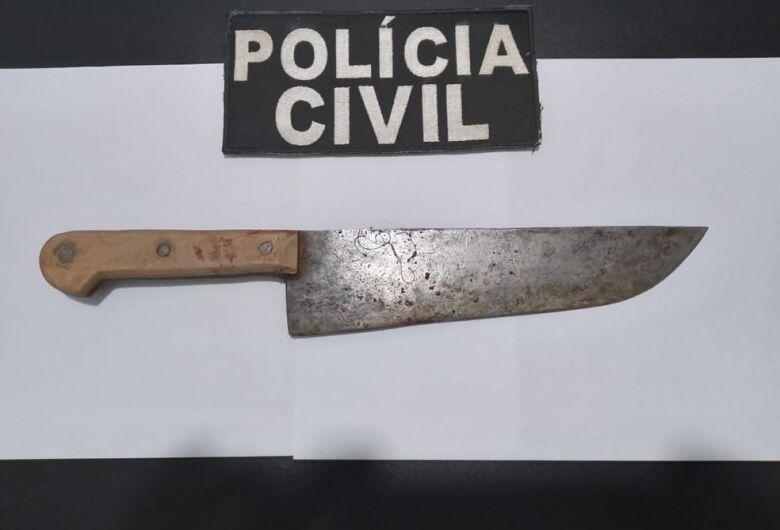 Homem que matou esposa com 12 facadas na frente da filha dela tem prisão preventiva mantida