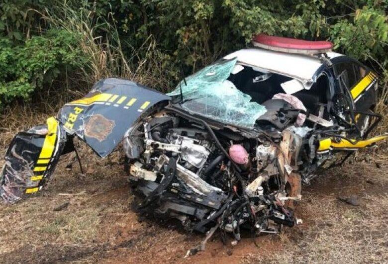 Viatura da PRF bate contra carreta e policiais têm ferimentos leves