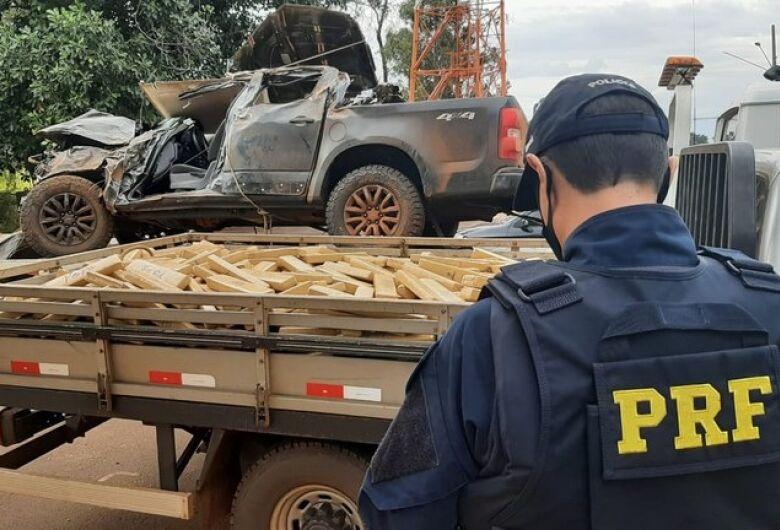 Durante fuga, motorista capota caminhonete com 1,8 tonelada de maconha