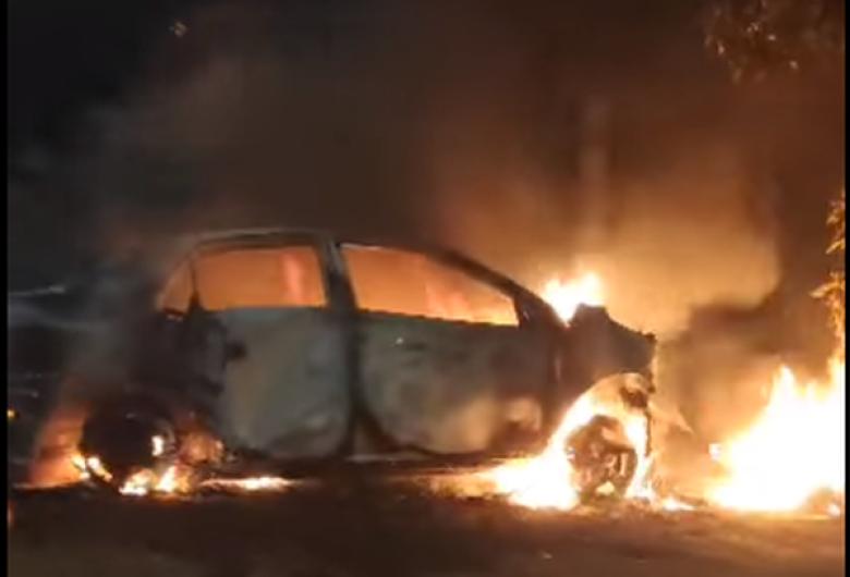Carro envolvido em acidente com morte de motoentregador é incendiado