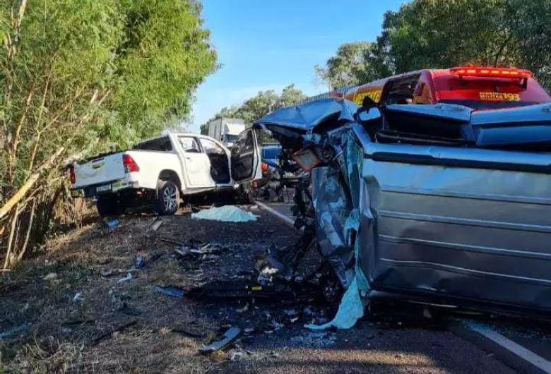 Duas pessoas e uma criança de 8 anos morrem após colisão de Hilux e Jeep