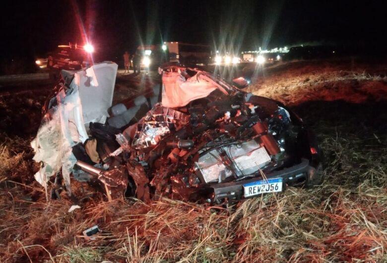 Jovem de 26 anos morre em colisão entre caminhonete e carreta na BR-163