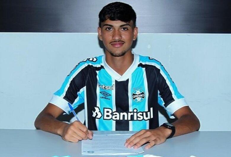 Douradense assina contrato com o Grêmio de Porto Alegre