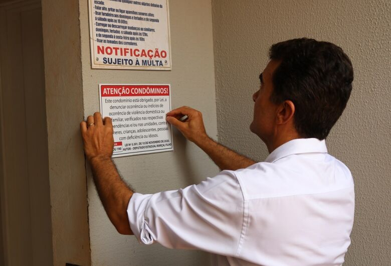 Deputado instala placas de campanha contra violência doméstica em condomínios