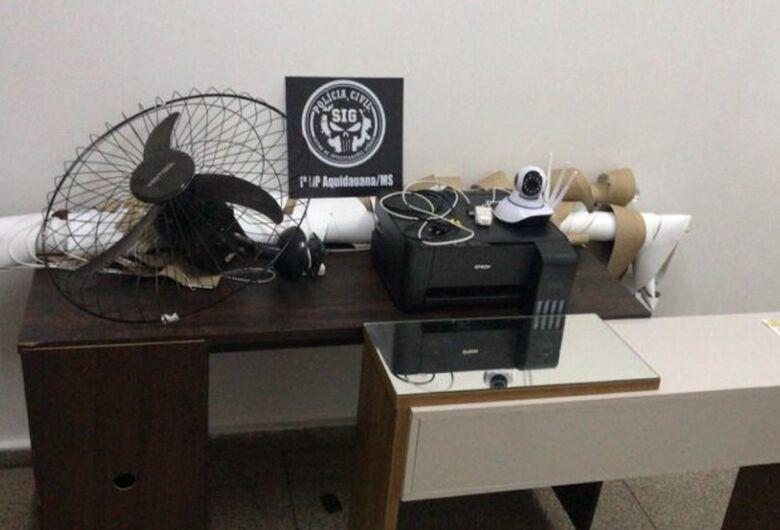 Mulher furta computadores e câmeras de universidade, vende objetos e usa dinheiro para colocar silicone
