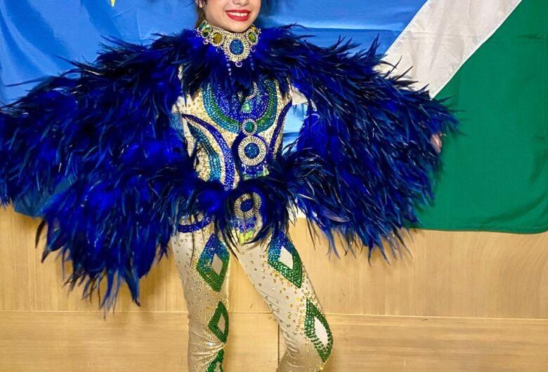 Menina de 8 anos usa traje da arara-azul ao representar Brasil em concurso de beleza: 'Ficou incrível', diz estilista