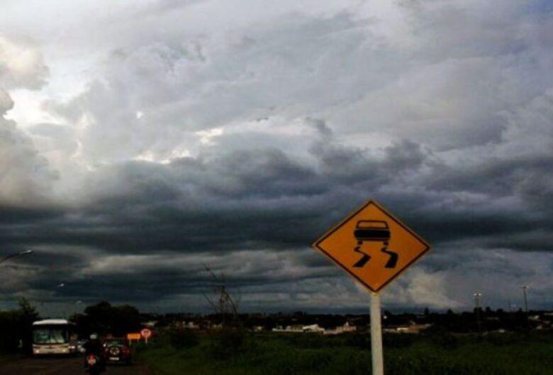 Quarta-feira terá nuvens carregadas e chance de chuva forte para o norte e leste do Estado