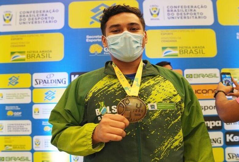 Erick Taira domina as disputas do karatê e coloca a medalha dourada no peito