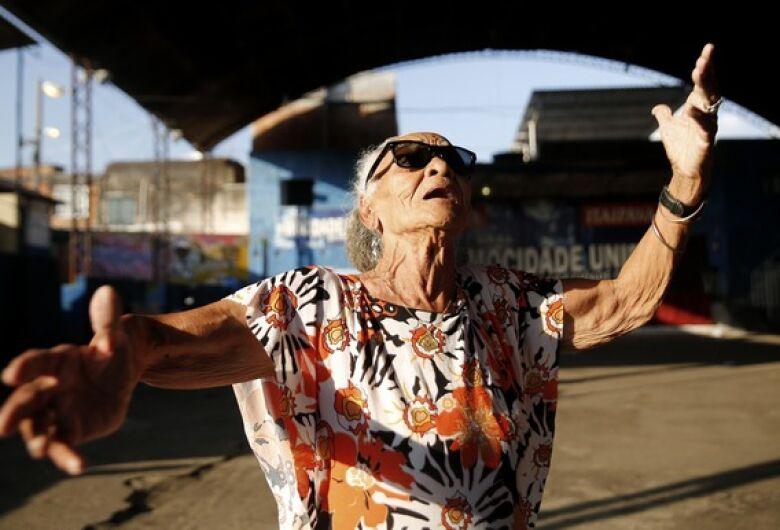 Aos 85 anos, moradora da Cidade de Deus compõe samba, funk e sonha gravar primeiro disco