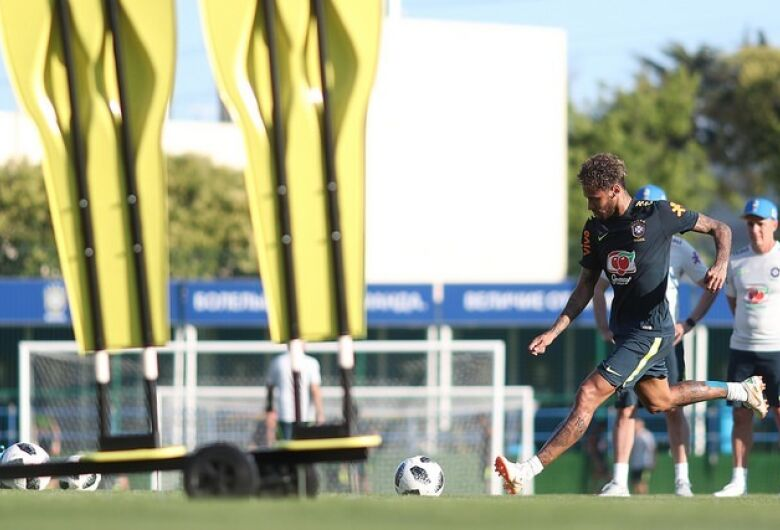 Ainda sem Fred, Brasil treina visando a estreia