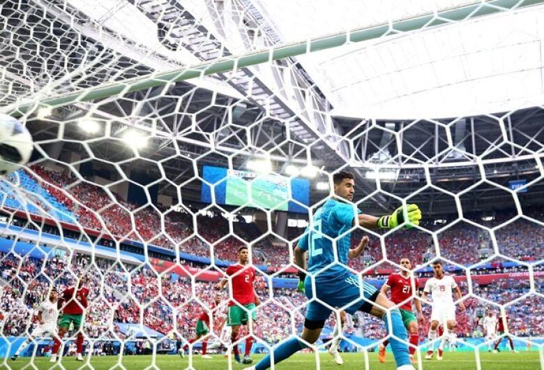 Irã vence Marrocos com gol contra nos acréscimos do 2º tempo