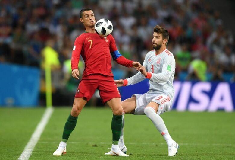 Com três de CR7, Portugal e Espanha empatam na estreia pelo Grupo B