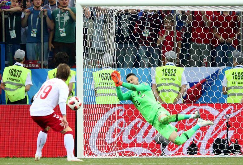 Croácia vence duelo de goleiros e vai às quartas