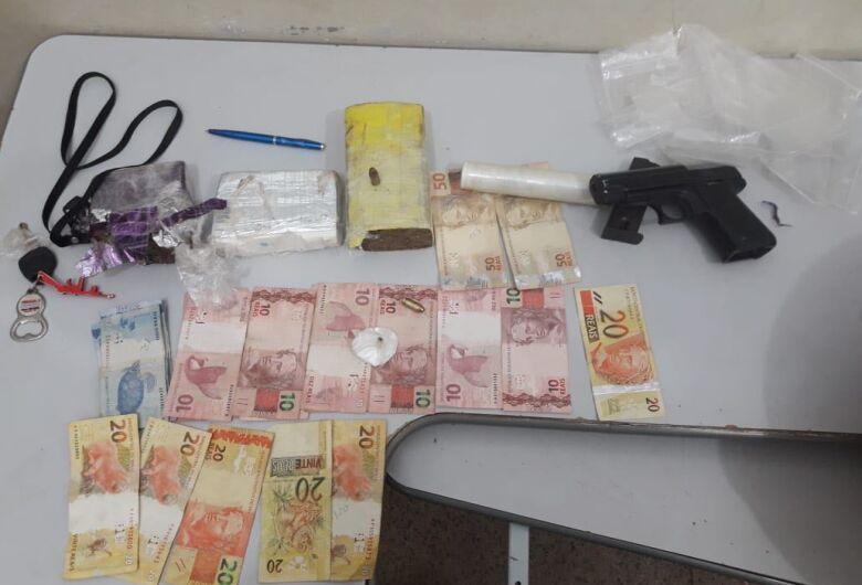 PM apreende drogas, dinheiro, arma e produtos de furto em residência no Jardim Agua Boa