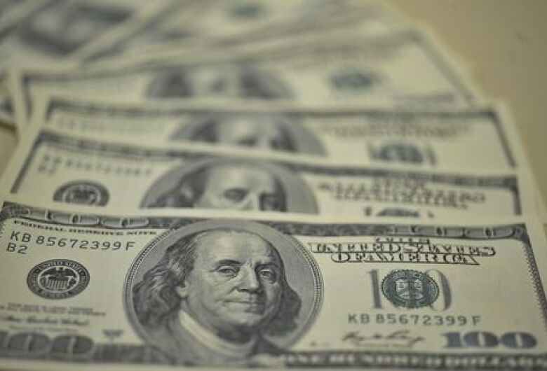 Tensão comercial entre EUA e China faz dólar subir 2,20%