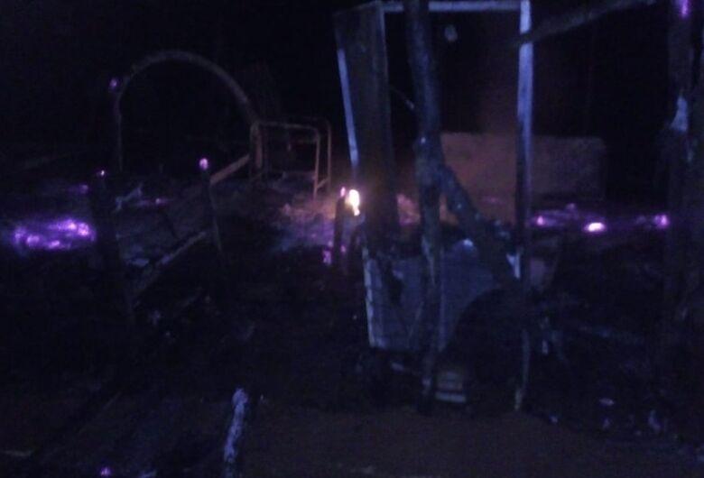 Criança morre em incêndio e pai fica gravemente ferido