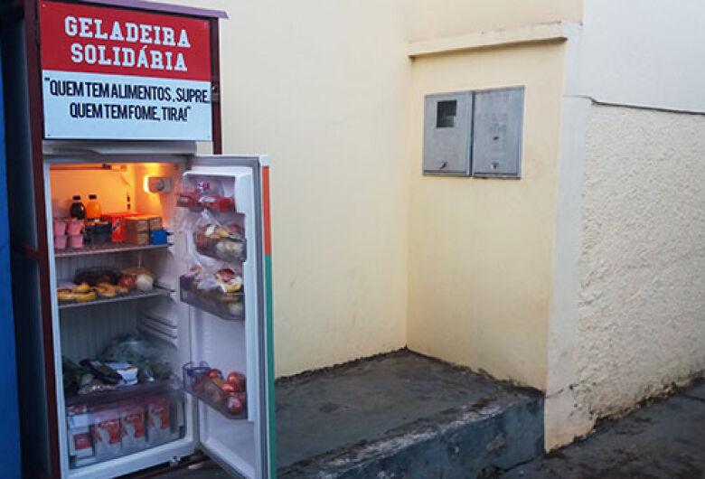 Instalada há 3 meses, geladeira solidária ajuda a matar a fome de quem mais precisa