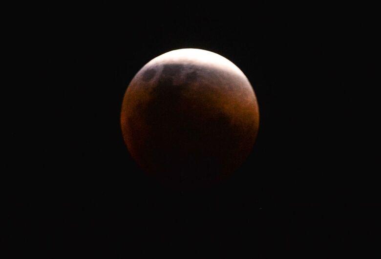 Maior eclipse total da Lua do século 21 acontece amanhã