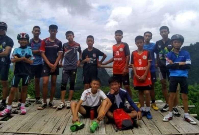 Jovens presos em caverna na Tailândia há 9 dias são encontrados vivos