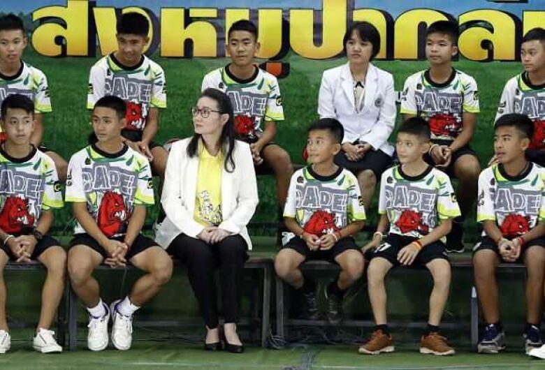 Meninos tailandeses relembram os dias dentro de caverna em 1ª aparição pública após resgate